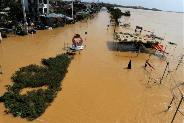 Phố biến thành sông, du khách đổ xô về Hội An đi thuyền ngắm phố - 2