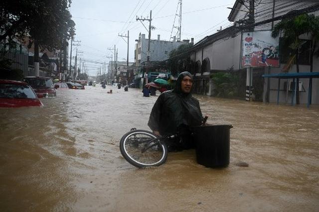 """Bão Vamco càn quét Phillippines, Manila tê liệt trong """"biển"""" nước - 4"""