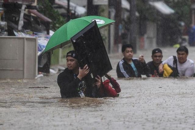 """Bão Vamco càn quét Phillippines, Manila tê liệt trong """"biển"""" nước - 6"""