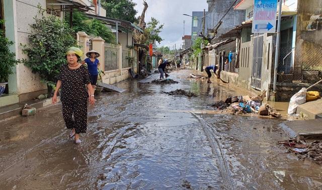 Phú Yên: Khẩn trương giúp dân khắc phục hậu quả bão, lũ…ổn định cuộc sống - 1