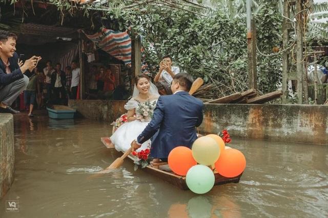 Thích thú ảnh cưới vượt lũ nhưng... vẫn vui của cặp đôi ở Hà Tĩnh - 7