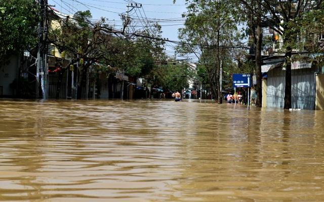 Phố biến thành sông, du khách đổ xô về Hội An đi thuyền ngắm phố - 5
