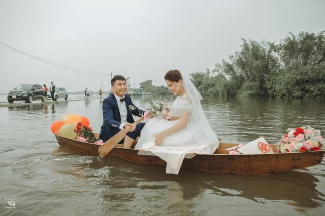 Thích thú ảnh cưới vượt lũ nhưng... vẫn vui của cặp đôi ở Hà Tĩnh - 3
