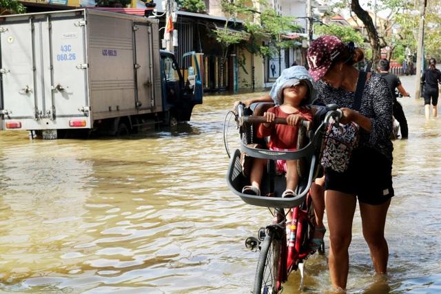 Phố biến thành sông, du khách đổ xô về Hội An đi thuyền ngắm phố - 7