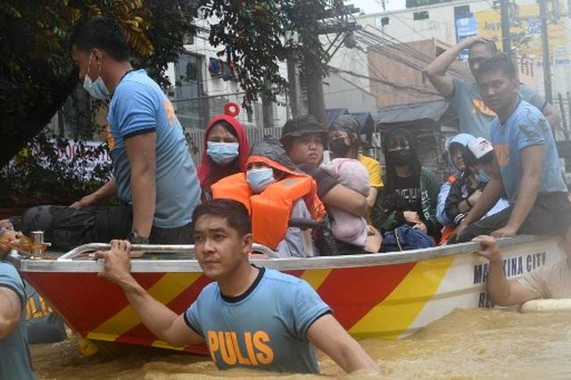 """Bão Vamco càn quét Phillippines, Manila tê liệt trong """"biển"""" nước - 5"""