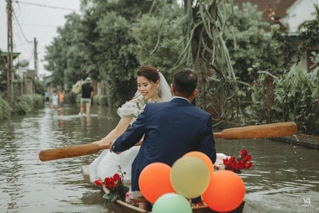 Thích thú ảnh cưới vượt lũ nhưng... vẫn vui của cặp đôi ở Hà Tĩnh - 4