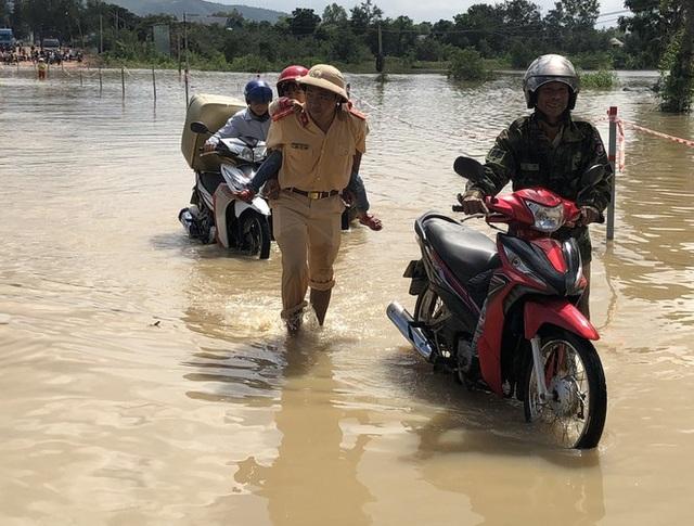 Di dời khẩn cấp hàng trăm hộ dân, nhiều tuyến đường bị chia cắt - 1