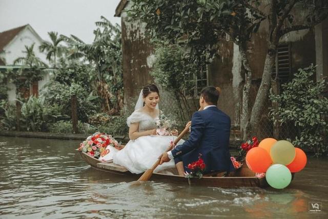 Thích thú ảnh cưới vượt lũ nhưng... vẫn vui của cặp đôi ở Hà Tĩnh - 5