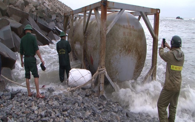 Lại phát hiện 2 bồn hóa chất in chữ Trung Quốc tại bờ biển Quảng Ngãi - 1
