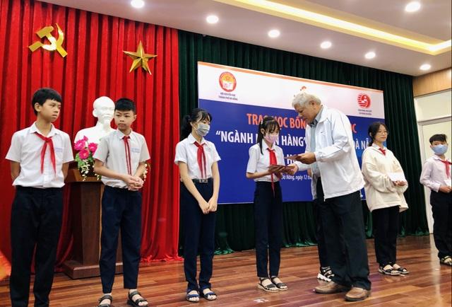 Đà Nẵng: Trao 100 triệu đồng học bổng hỗ trợ học sinh nghèo vượt khó - 1