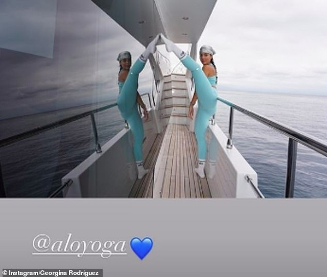 Bạn gái Ronaldo tập yoga trên du thuyền - 4