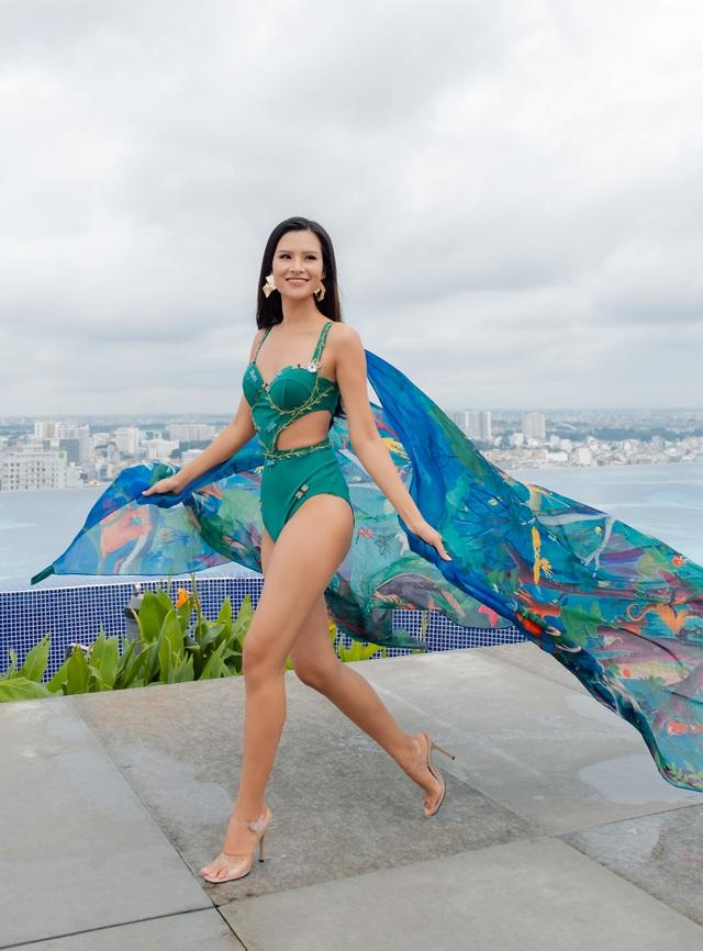 """Thái Thị Hoa catwalk trên tầng cao chọc trời thi """"Trang phục đi biển"""" - 2"""