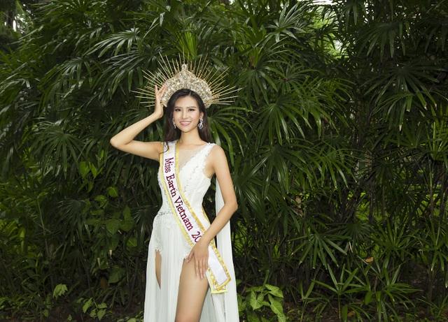 """Thái Thị Hoa catwalk trên tầng cao chọc trời thi """"Trang phục đi biển"""" - 8"""