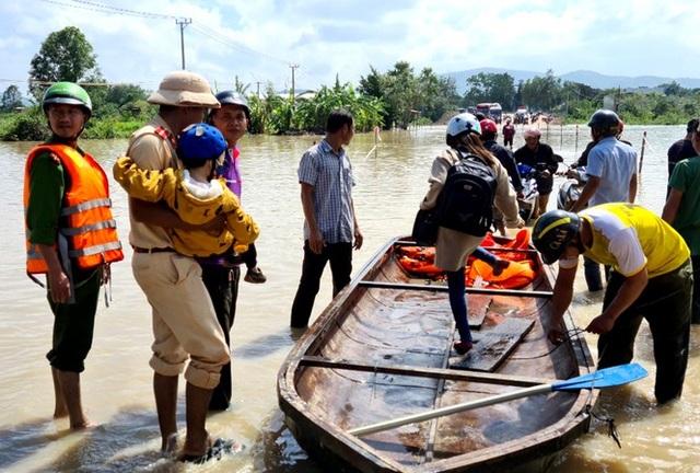 Di dời khẩn cấp hàng trăm hộ dân, nhiều tuyến đường bị chia cắt - 3