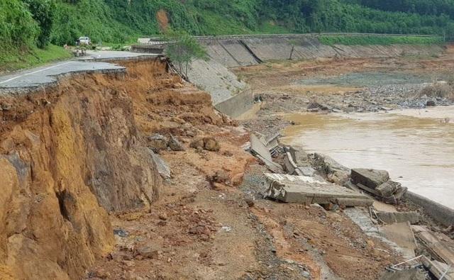 Quảng Nam: Bão lũ làm 47 người chết và mất tích, 8.400 tỷ bị cuốn trôi - 1