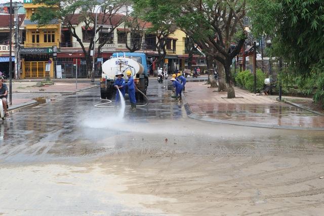 Người dân Hội An giúp nhau dọn lũ lụt rồi… đón bão - 10