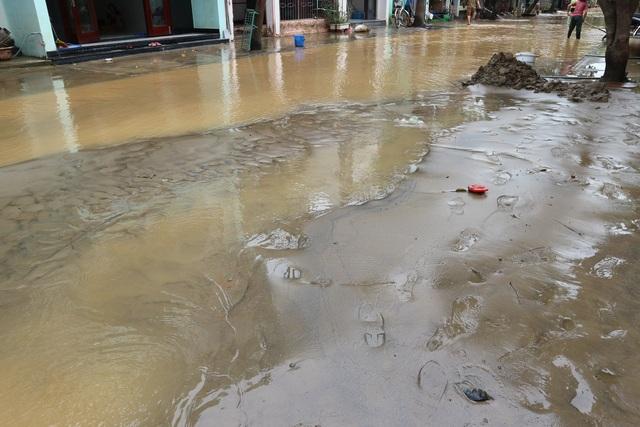 Người dân Hội An giúp nhau dọn lũ lụt rồi… đón bão - 11