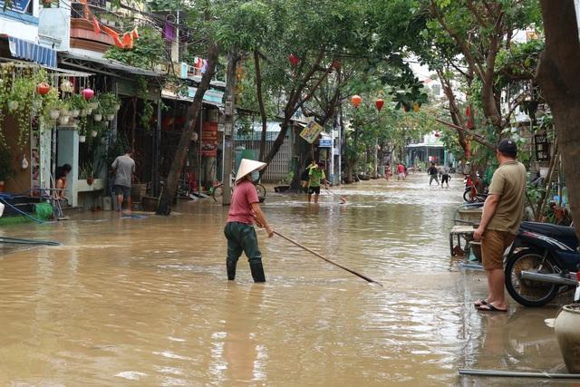 Người dân Hội An giúp nhau dọn lũ lụt rồi… đón bão - 12