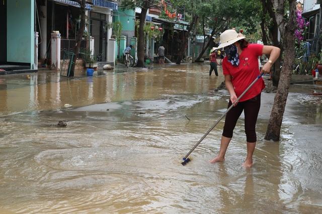 Người dân Hội An giúp nhau dọn lũ lụt rồi… đón bão - 13