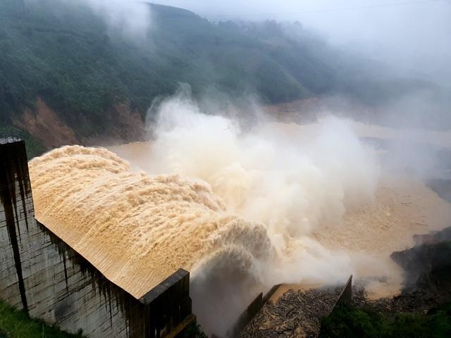 Quảng Nam sơ tán 161.000 người ra khỏi vùng nguy hiểm trước 12h ngày 14/11 - 2