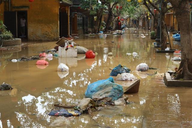 Người dân Hội An giúp nhau dọn lũ lụt rồi… đón bão - 3