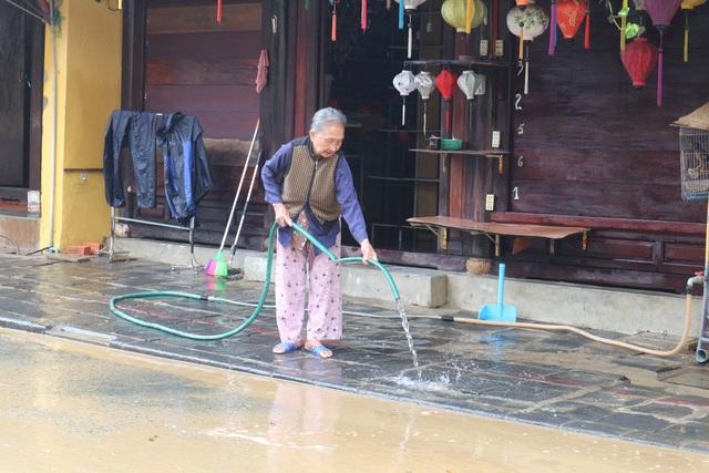 Người dân Hội An giúp nhau dọn lũ lụt rồi… đón bão - 4