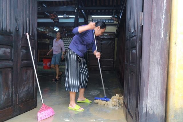 Người dân Hội An giúp nhau dọn lũ lụt rồi… đón bão - 5