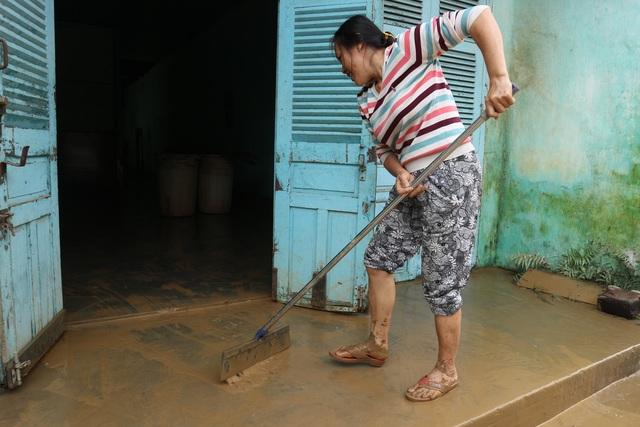 Người dân Hội An giúp nhau dọn lũ lụt rồi… đón bão - 6