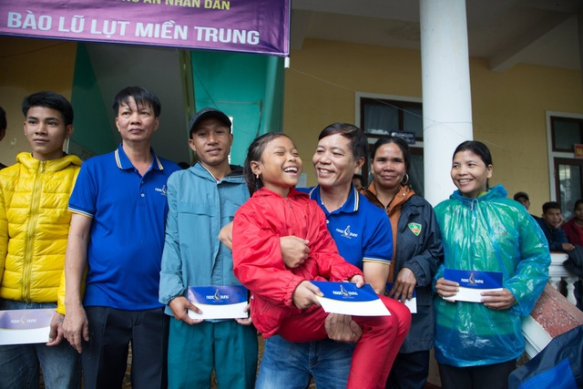 Người dân xứ Quảng rưng rưng nhận hỗ trợ - 4