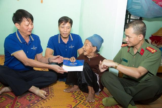 Người dân xứ Quảng rưng rưng nhận hỗ trợ - 5