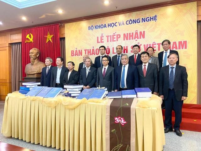 Gần 300 nhà khoa học bàn giao Bản thảo Bộ Lịch sử Việt Nam - 1