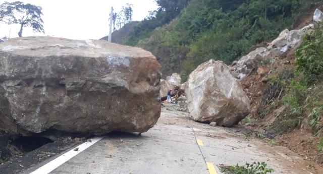 Hãi hùng những tảng đá khổng lồ lăn từ trên núi xuống đường - 3