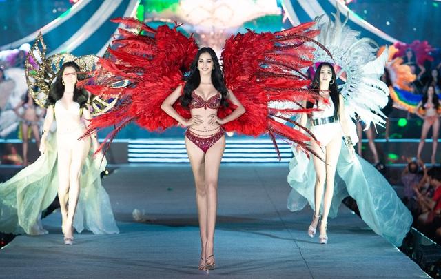 Trần Tiểu Vy, Phương Nga và Thúy An cùng Top 35 trình diễn bikini nóng bỏng - 1