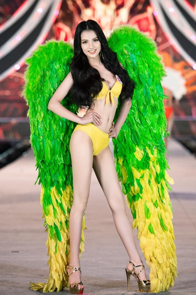 Trần Tiểu Vy, Phương Nga và Thúy An cùng Top 35 trình diễn bikini nóng bỏng - 13