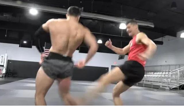 Đứng yên cho đối thủ đá, cả hai võ sĩ suýt... gãy chân - 1