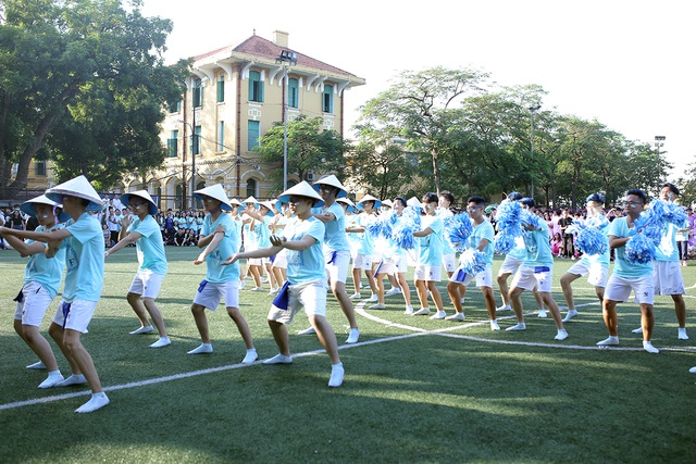 """Học sinh Chu Văn An """"hoán đổi"""" thú vị trong ngày hội thể thao - 1"""