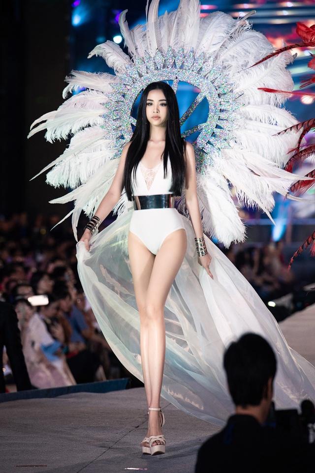 Trần Tiểu Vy, Phương Nga và Thúy An cùng Top 35 trình diễn bikini nóng bỏng - 6