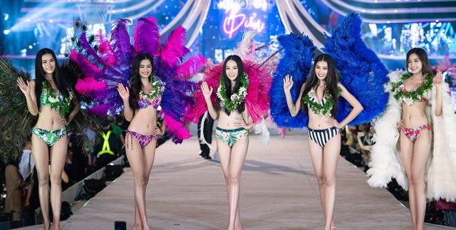Trần Tiểu Vy, Phương Nga và Thúy An cùng Top 35 trình diễn bikini nóng bỏng - 21
