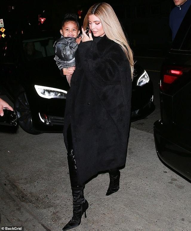 Kylie Jenner sành điệu bế con ra phố - 1