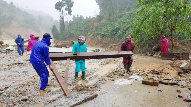 Thầy cô vùng sạt lở Trà Leng dọn núi bùn và chuẩn bị đón… bão số 13 - 8