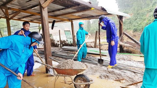 Thầy cô vùng sạt lở Trà Leng dọn núi bùn và chuẩn bị đón… bão số 13 - 7