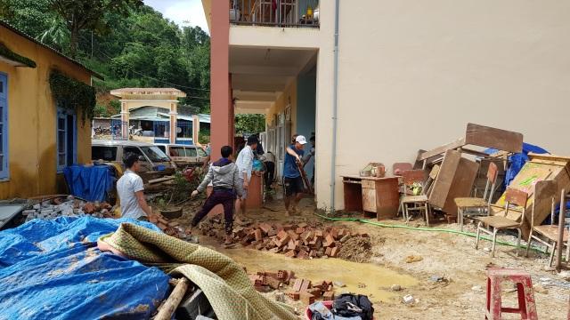 Thầy cô vùng sạt lở Trà Leng dọn núi bùn và chuẩn bị đón… bão số 13 - 5