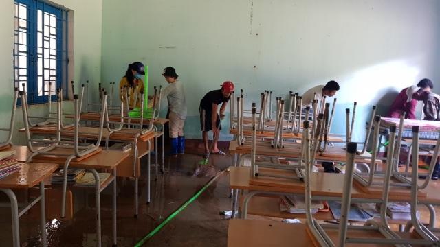 Thầy cô vùng sạt lở Trà Leng dọn núi bùn và chuẩn bị đón… bão số 13 - 2