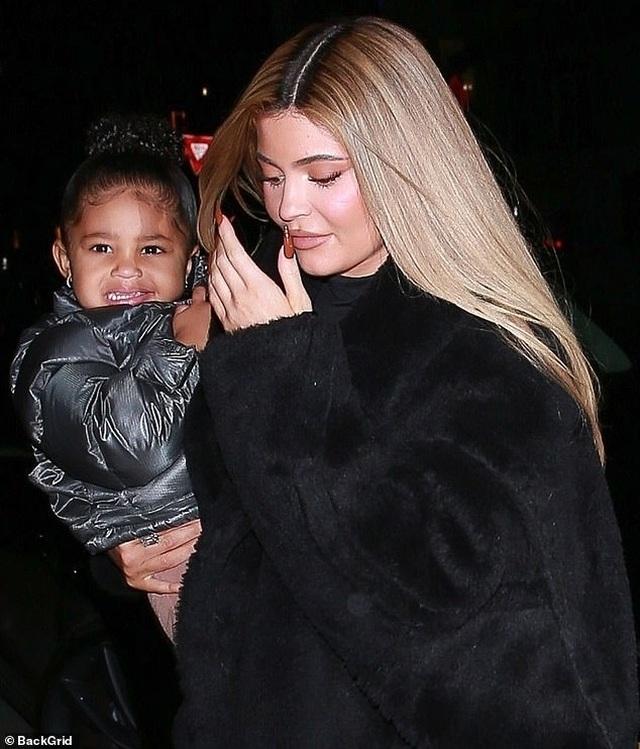 Kylie Jenner sành điệu bế con ra phố - 3