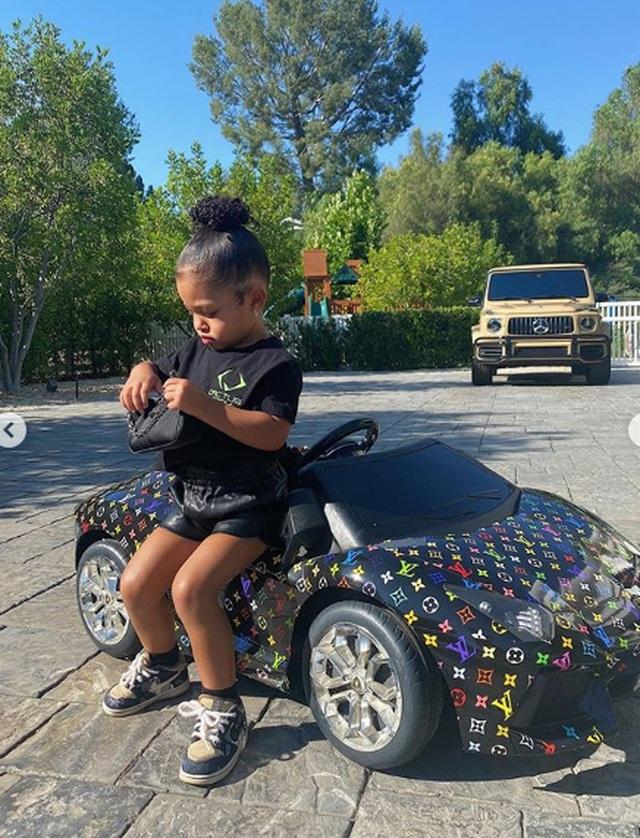 Kylie Jenner sành điệu bế con ra phố - 8