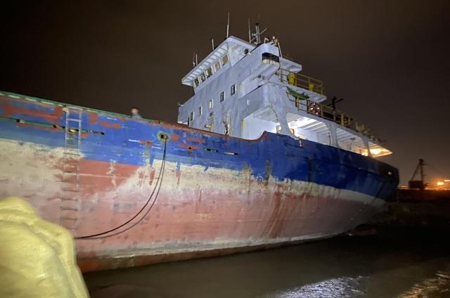Bảo vệ tàu 2.800 tấn mắc cạn trước bão số 13 - 2