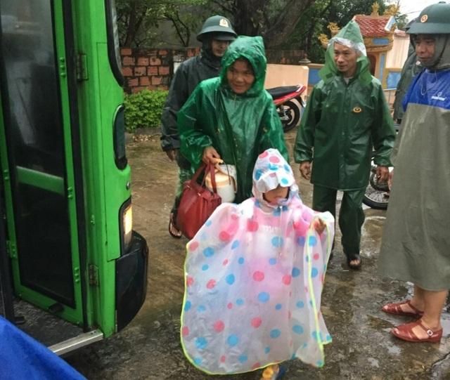 Người dân trên đảo Cồn Cỏ xuống hầm tránh trú bão - 17