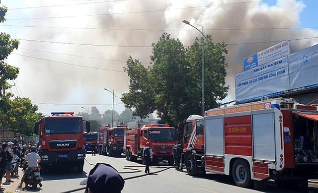 Cơ sở phế liệu trong khu dân cư bốc cháy dữ dội - 2