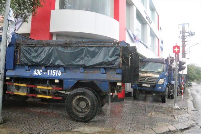Thuê ô tô chắn gió - Cách chống bão đặc biệt của người dân Đà Nẵng - 6