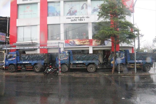 Thuê ô tô chắn gió - Cách chống bão đặc biệt của người dân Đà Nẵng - 7